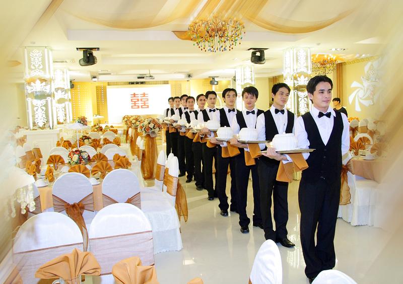 Nhân viên phục vụ nhà hàng khách sạn