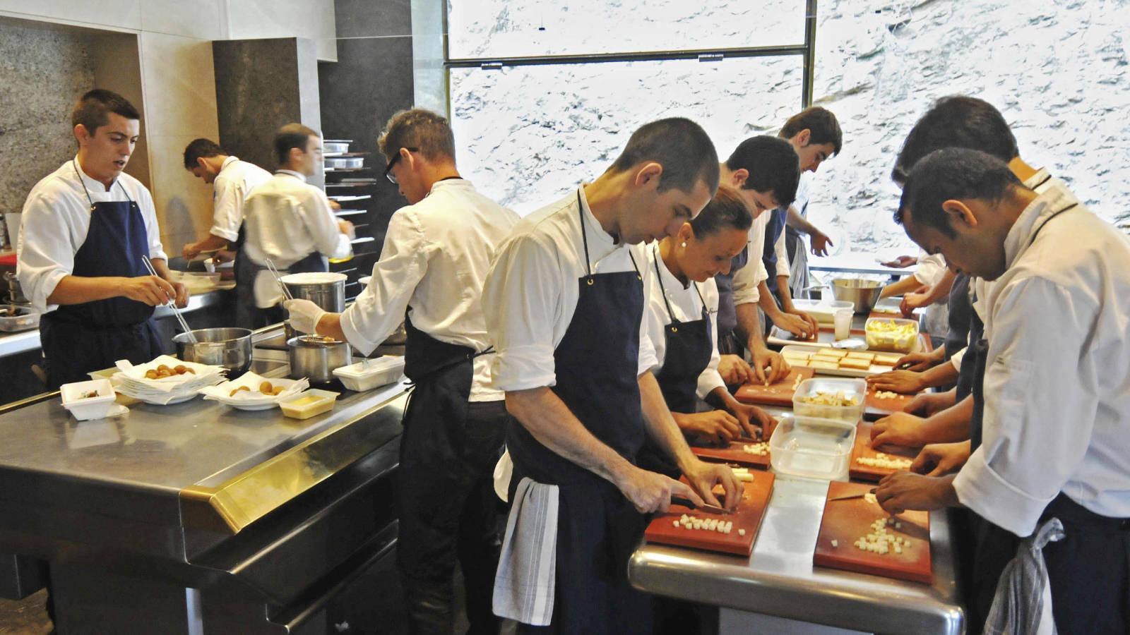 nhân viên bếp phụ bếp nhà hàng