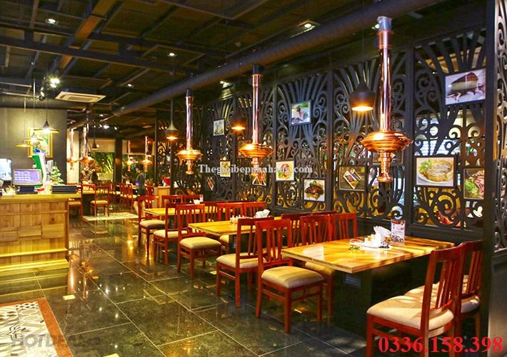 Nhà hàng lẩu nướng không khói dùng ống hút màu đồng kèm chao đèn