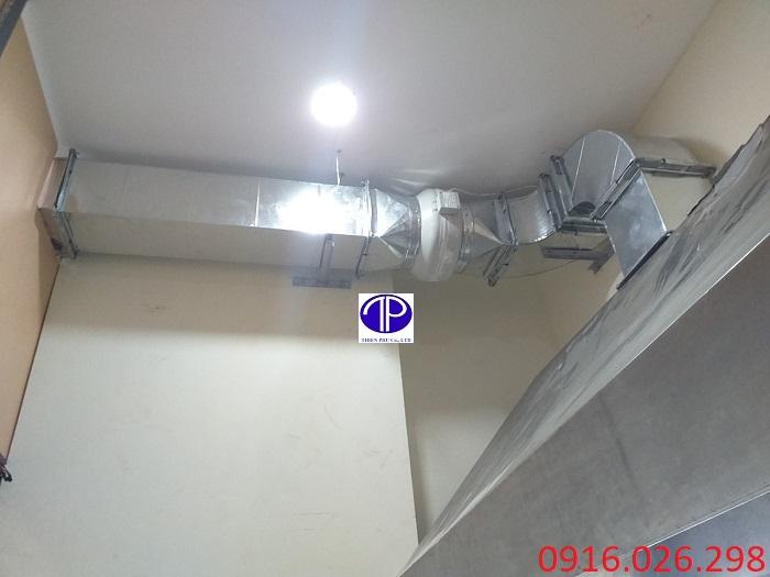 Hệ thống đường ống hút khói kết nối với chụp hút mùi