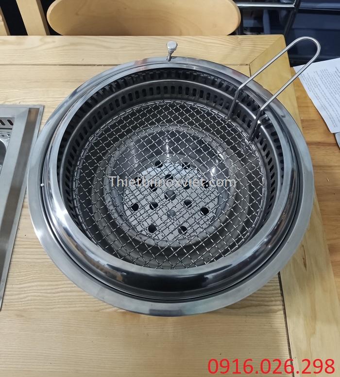 Vỉ nướng mắt cáo trong bếp nướng than hoa